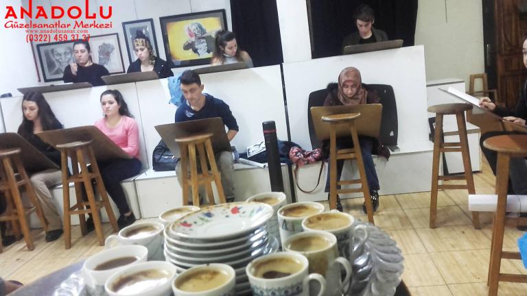 Güzel Sanatlar Öğrencileri Kahve Molasında